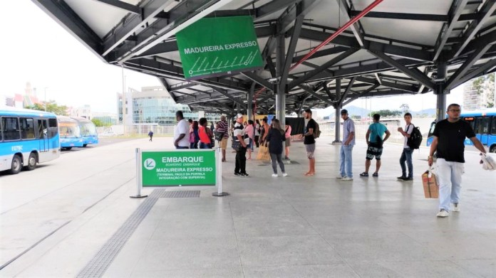 At the Recreio Terminal, the line that starts from BRT TransOlímpica and crosses part of the BRT TransCarioca corridor has a large number of passengers, especially at peak times.