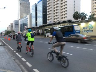 In some parts of Jakarta, cycling rose up to 500 percent, particularly during low travel periods in the spring of 2020.