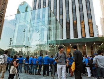 010_AppleCubeStoreIphone5sLineNYC_610x407