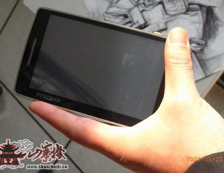 QiGi Smartbook U1000 WinMo MID live shots on hand