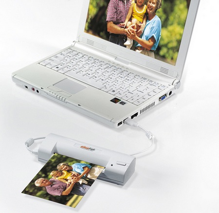 Plustek SmartPhoto P60 Photo Scanner in use