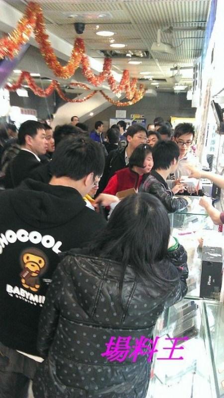 Sin Tat Plaza Hong Kong iPhone 4S queue