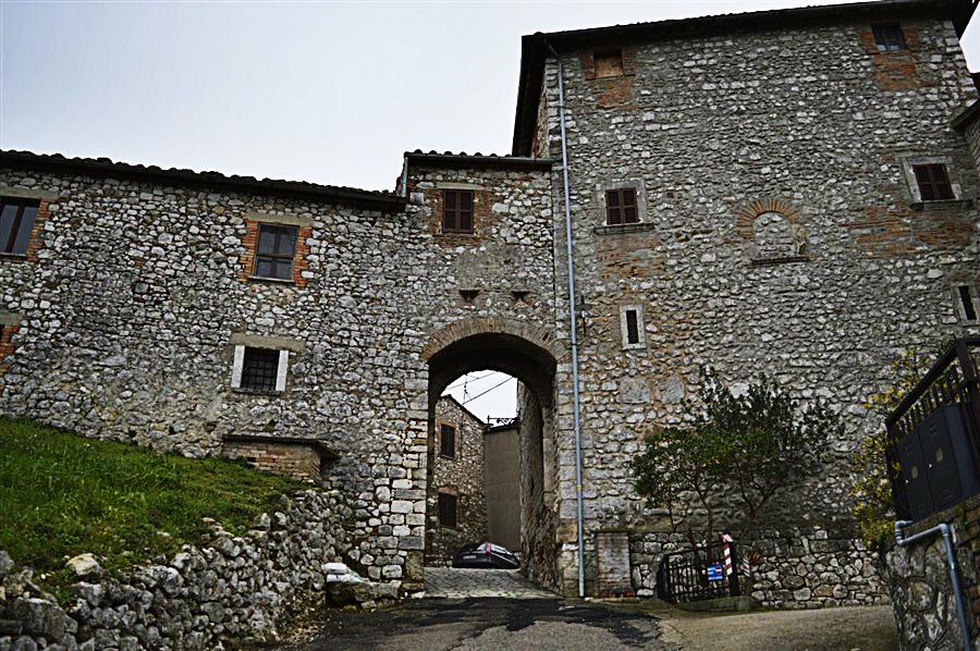 Porta principale di Borgheria Foto di Massimo Santafè)