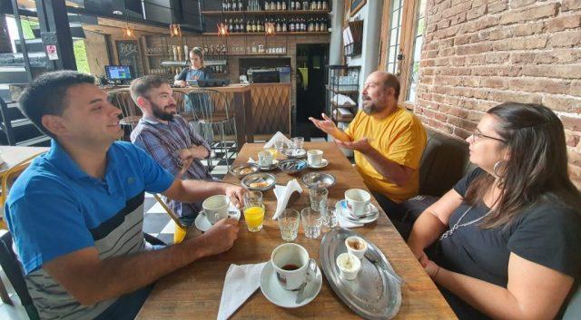 Foto de Daniel, Martin, Marisol y Andres en la mesa.