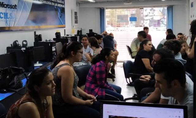 Foto de alumnos trabajando en conjunto en el aula.