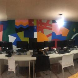 Mesa con los equipos informáticos del aula digital