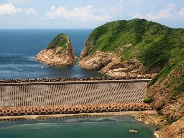 Po Pin Chau Sea Stack seen from High Island Reservoir East Dam 破邊洲-萬宜水庫-東壩