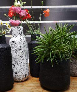 collectie vazen potten grijs zwart