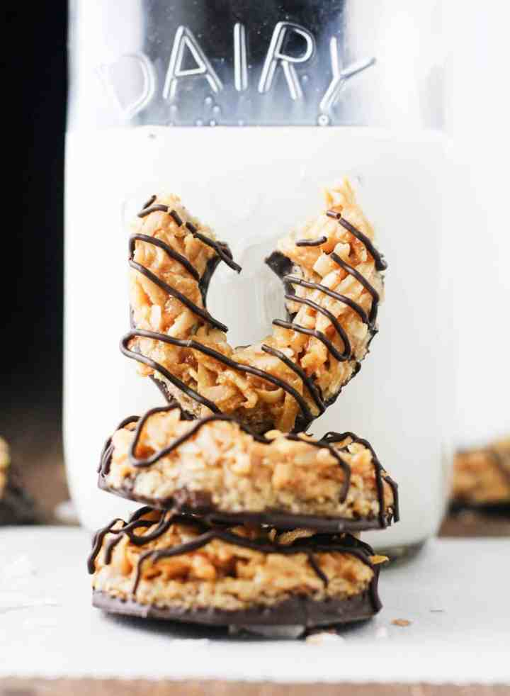 You can now enjoy your Girl Scout faves in guilt free form with these deliciously easy, No Bake Vegan Samoas. Does it get any better...seriously? www.itscheatdayeveryday.com
