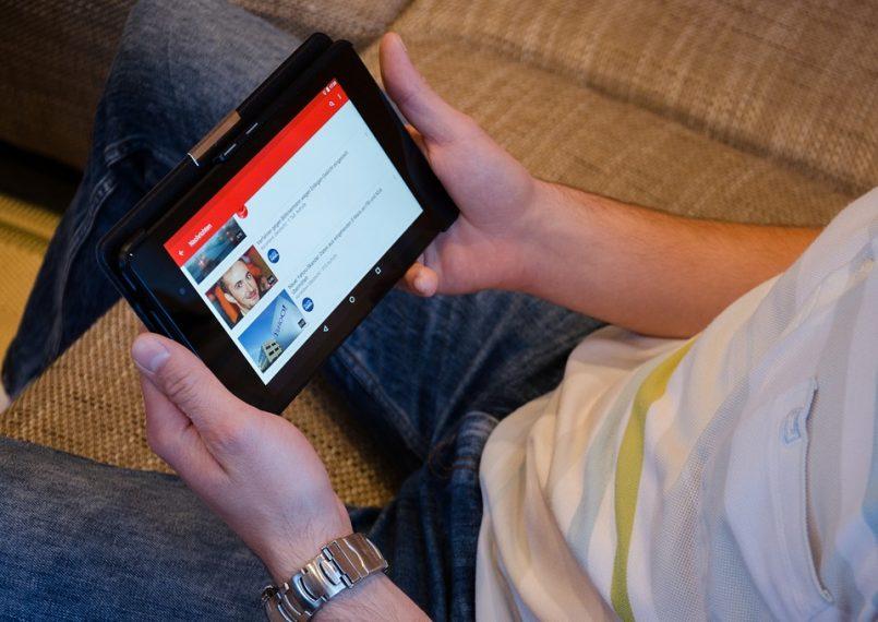 """Cilvēki ikdienā tērē aptuveni miljards stundu """"YouTube"""" videoklipiem"""
