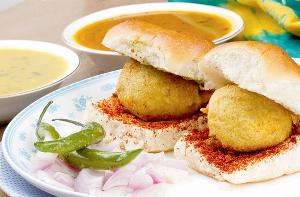 food-itsgoa-vadapav-streetfood-goa-monsoon