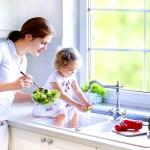 Bucataria ca loc de joaca pentru copil