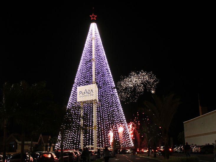 Queima de fogos inaugura Árvore de Natal Gigante do Plaza Shopping Itu