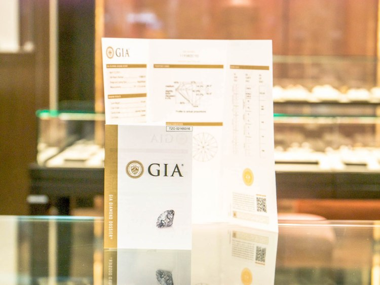 ananta diamondring iurban 1070001n 750x563 10 วิธีเลือกซื้อแหวนเพชร แหวนแต่งงาน ที่ต้องทำการบ้านก่อนไปร้านเพชร