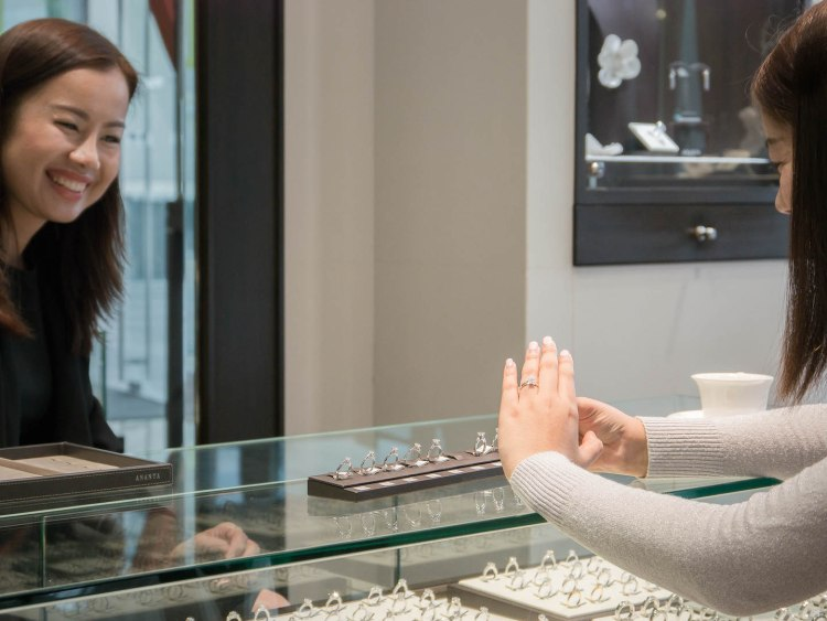 ananta diamondring iurban 1070022 750x563 10 วิธีเลือกซื้อแหวนเพชร แหวนแต่งงาน ที่ต้องทำการบ้านก่อนไปร้านเพชร