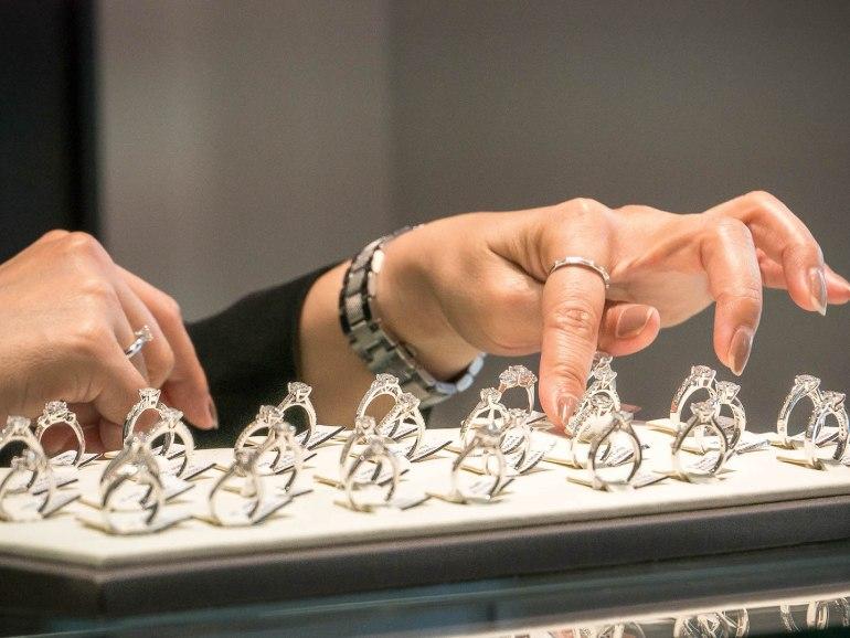 10 วิธีเลือกซื้อแหวนเพชร แหวนแต่งงาน ที่ต้องทำการบ้านก่อนไปร้านเพชร 14 - Ananta Fine Jewelry (อนันทา จิวเวลรี่)
