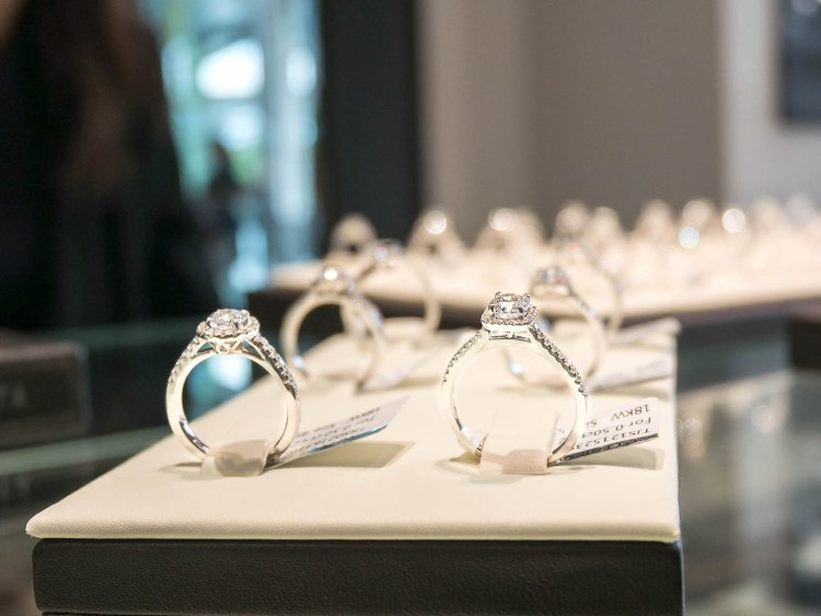 ananta diamondring iurban 1070052n 750x563 10 วิธีเลือกซื้อแหวนเพชร แหวนแต่งงาน ที่ต้องทำการบ้านก่อนไปร้านเพชร