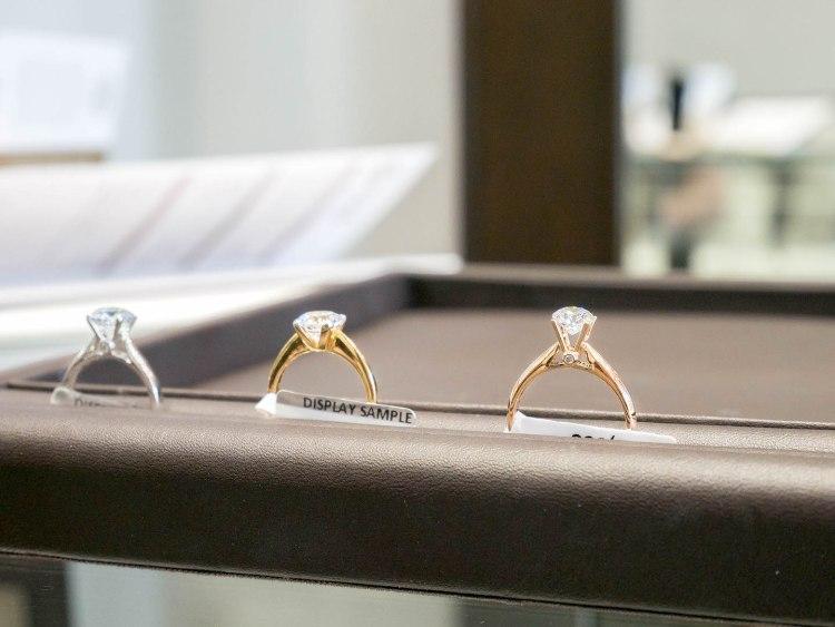 ananta diamondring iurban 1070104n 750x563 10 วิธีเลือกซื้อแหวนเพชร แหวนแต่งงาน ที่ต้องทำการบ้านก่อนไปร้านเพชร