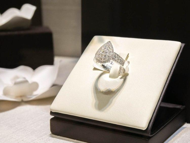 ananta diamondring iurban 1070179n 750x563 10 วิธีเลือกซื้อแหวนเพชร แหวนแต่งงาน ที่ต้องทำการบ้านก่อนไปร้านเพชร