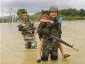 5201062 300x225 Thai soldier,HERO อุทกภัย 54