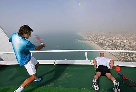 Tennis_court_Burj_Al_Arab_hotel_3