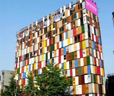 สร้างตึกสูง 10 ชั้นจากประตูเก่า 1,000 บาน 13 - street art