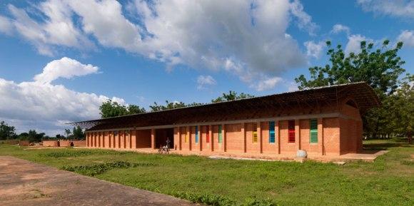Kere 1 Ampliamento Scuola Gando 2010 580x289 แง่คิด ความยั่งยืนด้านสถาปัตยกรรมของแอฟริกา Africa Calling by Francis Kere