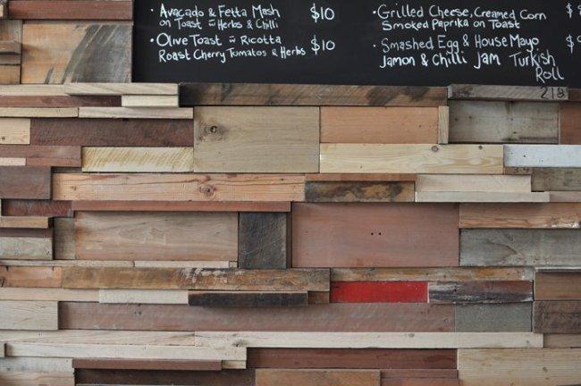 slowpoke11 650x432 เสน่ห์ของไม้เก่า มีมากกว่าจะทิ้งให้ผุพัง.. มาดูไอเดียแต่งร้านกาแฟจากไม้เก่า