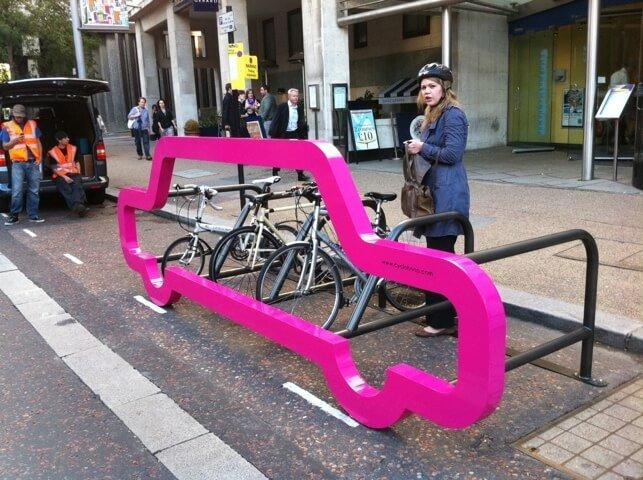 25550214 191309 ที่จอดจักรยานสร้างแคปเปญฉลาดๆ เชื่อหรือไม่? ที่จอดรถ 1 คัน จอดจักรยานได้ถึง 10 คัน