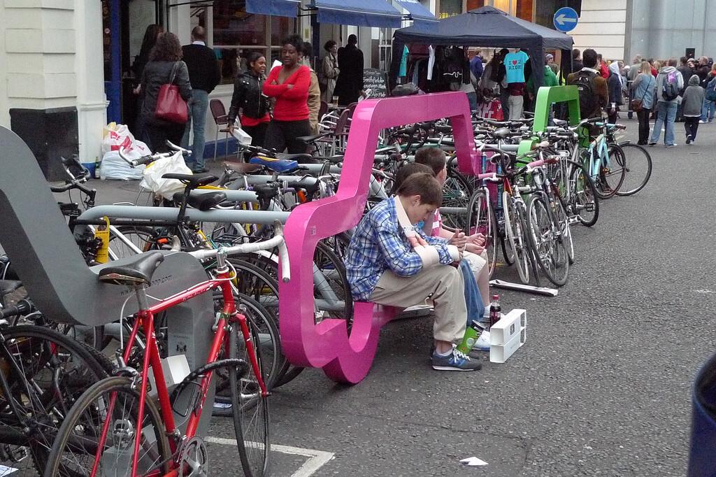 4749667289 7945a9d6fb b ที่จอดจักรยานสร้างแคปเปญฉลาดๆ เชื่อหรือไม่? ที่จอดรถ 1 คัน จอดจักรยานได้ถึง 10 คัน
