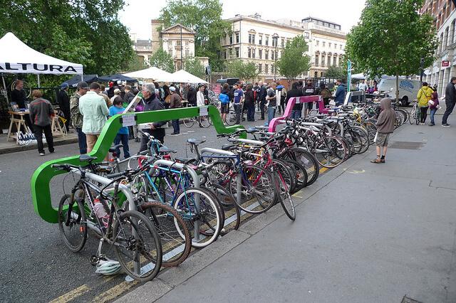 aparcabiciscoche4 ที่จอดจักรยานสร้างแคปเปญฉลาดๆ เชื่อหรือไม่? ที่จอดรถ 1 คัน จอดจักรยานได้ถึง 10 คัน