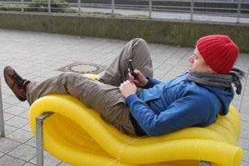ม้านั่งราคาถูกจากท่อพลาสติก ได้รางวัลด้านการออกแบบ ..ง่ายๆแต่ให้ความสุขมากมายกับผู้คน