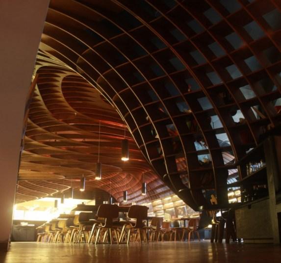 in01 indigo deli..ร้านอาหารในบุมไบ ใช้การสร้างสรรค์บนฝ้าเพดานสร้างความแตกต่าง