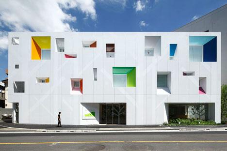 dzn SugamoTokiwadai07 หน้าต่างมีสี..และลวดลายใบไม้ ที่ปลิวมาจากหน้าต่าง..สร้างความรู้สึก สุข..สดชื่น..กับลูกค้า