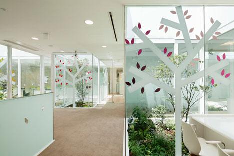 หน้าต่างมีสี..และลวดลายใบไม้ ที่ปลิวมาจากหน้าต่าง..สร้างความรู้สึก สุข..สดชื่น..กับลูกค้า 21 - interior