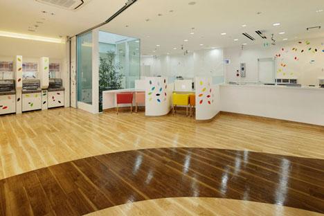 dzn SugamoTokiwadai18 หน้าต่างมีสี..และลวดลายใบไม้ ที่ปลิวมาจากหน้าต่าง..สร้างความรู้สึก สุข..สดชื่น..กับลูกค้า