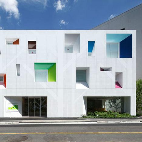 dzn SugamoTokiwadaisq02 หน้าต่างมีสี..และลวดลายใบไม้ ที่ปลิวมาจากหน้าต่าง..สร้างความรู้สึก สุข..สดชื่น..กับลูกค้า