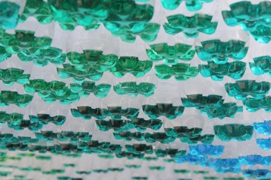25550601 145202 หลังคาที่จอดรถสีสันสวยงาม...จากขวดพลาสติกใช้แล้ว
