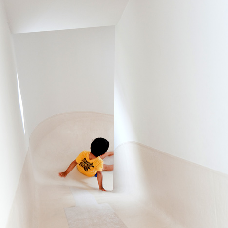 "dzn House in Nakameguro by Level Architects 2 บ้านนี้มีไม้ลื่นรอบบ้าน แทนบันได... ""House with SLIDE"""