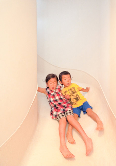 """dzn House in Nakameguro by Level Architects 23 บ้านนี้มีไม้ลื่นรอบบ้าน แทนบันได... """"House with SLIDE"""""""