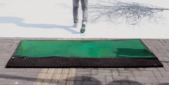 25550830 183442 แคมเปญสร้างจิตสำนึกสีเขียวเก๋ๆ...ภาพต้นไม้ ที่วาดภาพใบไม้ด้วยรอยเท้าของคนข้ามถนน
