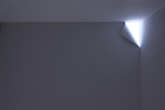 peel01 525x350 โคมไฟ ที่ช่วยแต่งเติมจินตนาการ..เหมือนเปิดผนังออกสู่อีกโลก