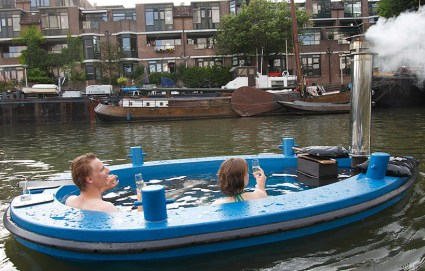 hottug04 425x271 แช่น้ำล่องเรือชิลๆกับ hotTug jacuzzi boat