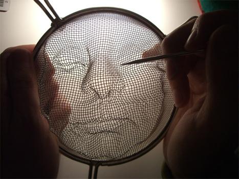 25551125 095219 Street Art ฉีกแนว..สร้างศิลปจากกระชอนลวด