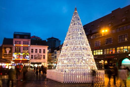 25551218 152119 ต้นคริสต์มาสจากถ้วยจานพอร์ซเลน 5,000 ชิ้น ที่ไม่ใช้แล้วของชุมชน