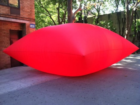 geraldo zamproni large inflatable red pillow art in odd spaces nyc collabcubed 468x350 Giant inflated pillows by geraldo zamproni หมอนรองยักษ์