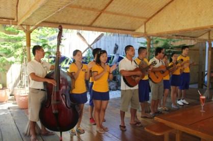 ร้องเพลงต้อนรับโดยเจ้าหน้าที่ของ club paradise บางคนหน้าคุ้นๆ เพราะเพิ่งขับเรีอไปรับเรามาเมื่อครู่นี้เอง photo by Htike