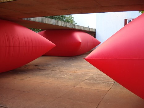zamproni03 466x350 Giant inflated pillows by geraldo zamproni หมอนรองยักษ์