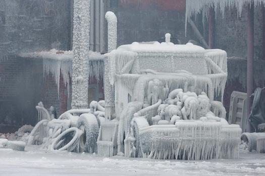 25560125 201415 เมื่อน้ำมาเจอกับไฟ..แล้วกลายเป็นน้ำแข็ง ที่โกดังเก็บสินค้าในชิคาโก