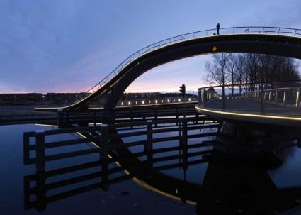 dezeen Melkwegbridge by NEXT Architects and Rietveld Landscape ss 2 425x303 Melkweg Bridge by NEXT Architects สะพานที่สร้างความสุนทรีย์แก่ผู้สัญจรทางเท้า และจักรยาน